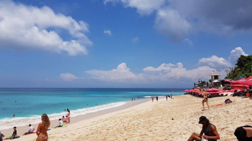 Tampak Turis sedang Berjemur di Tepi Pantai