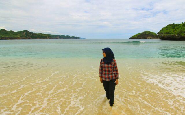 berfoto dengan latar keindahan pantai srau