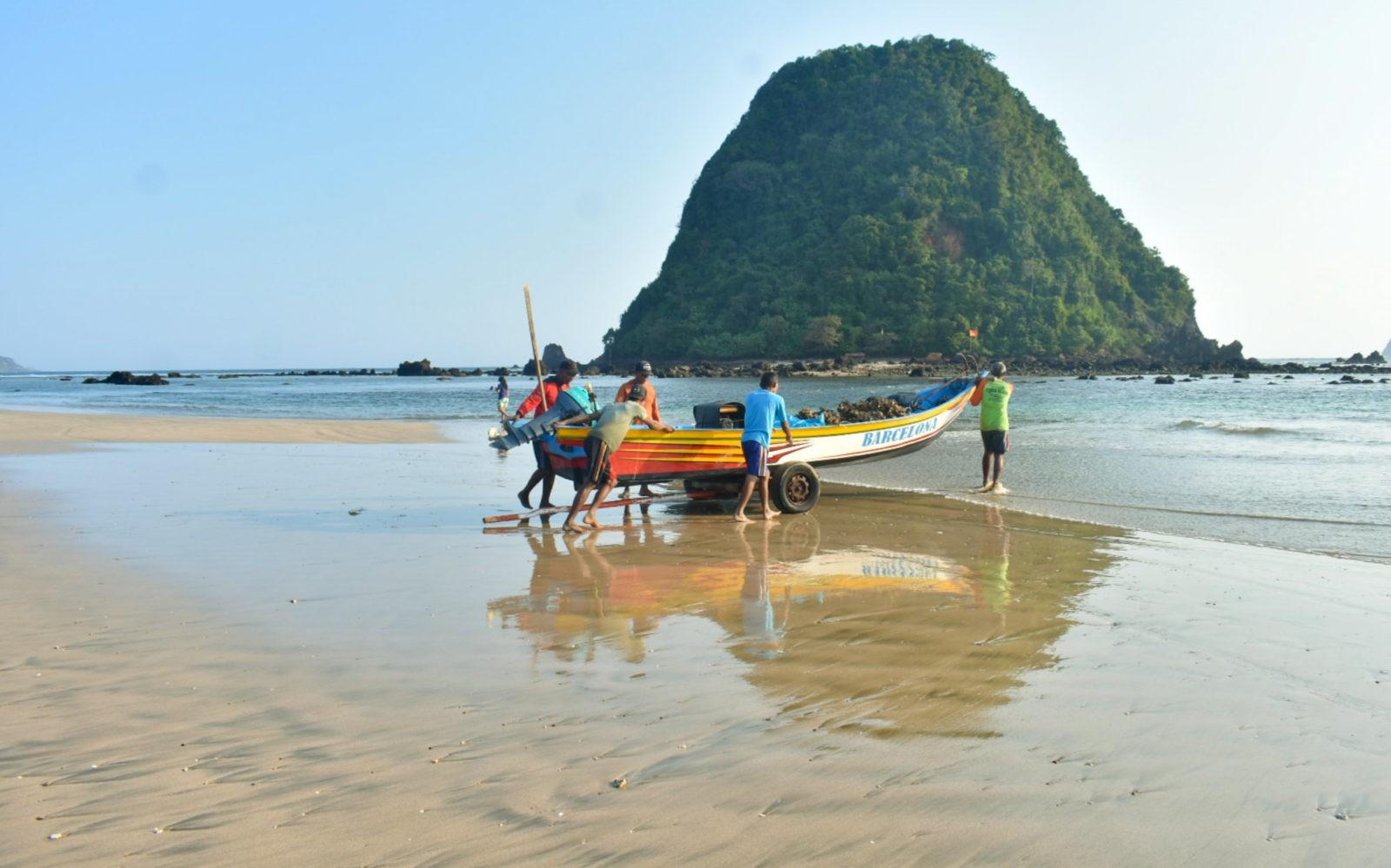 Pantai PULAU MERAH Tiket & Ragam Aktivitas Wisata Januari ...