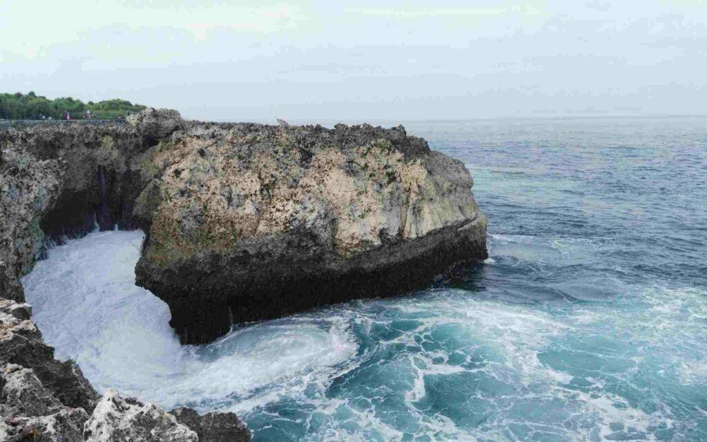 Air Laut yang Biru Jernih di waterblow