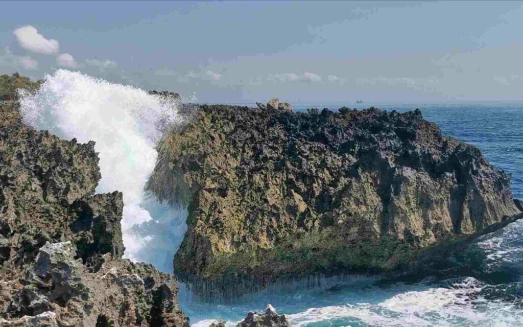 deburan ombak menghantam karang waterblow