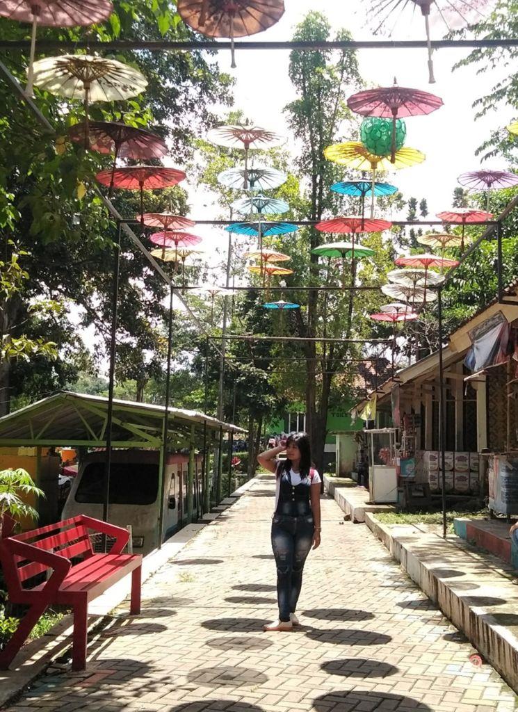 Pengunjung selfie di Situ Bagendit