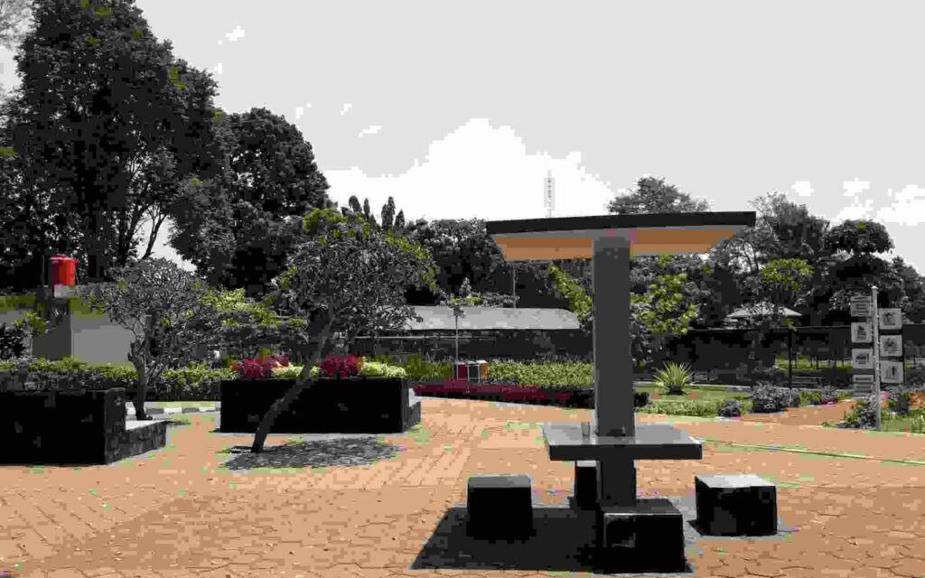 Sebagian bangku yang tersedia di Taman Heulang