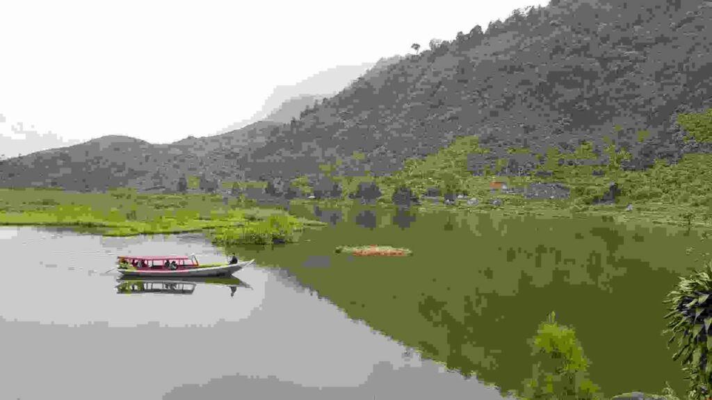Mengarungi Situ Rawa Gede dengan perahu