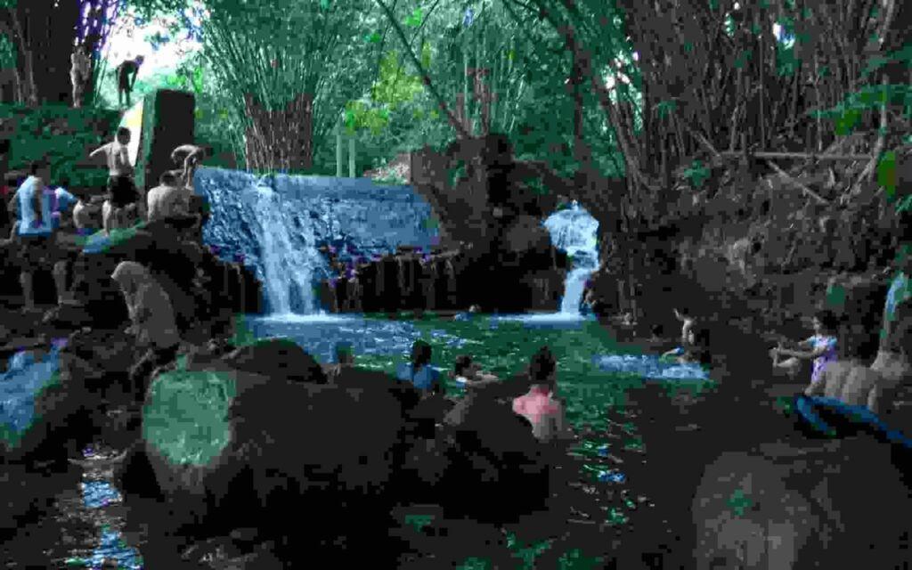 Berenang dan berendam di Blue Lagoon