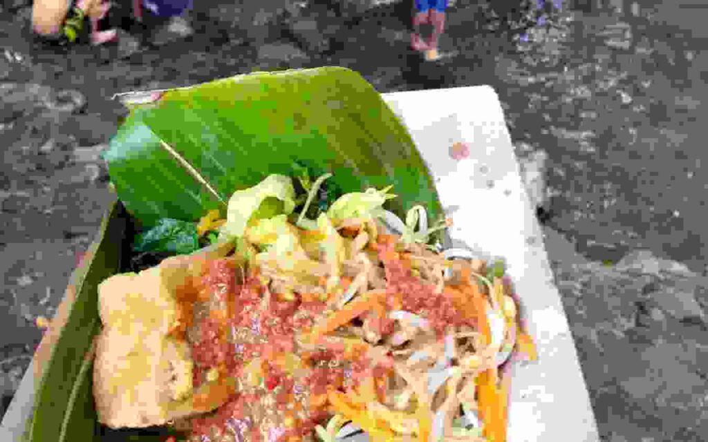 Kuliner tradisional yang dijual oleh pengelola Blue Lagoon