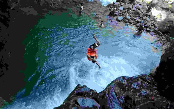 Lompat dari tebing