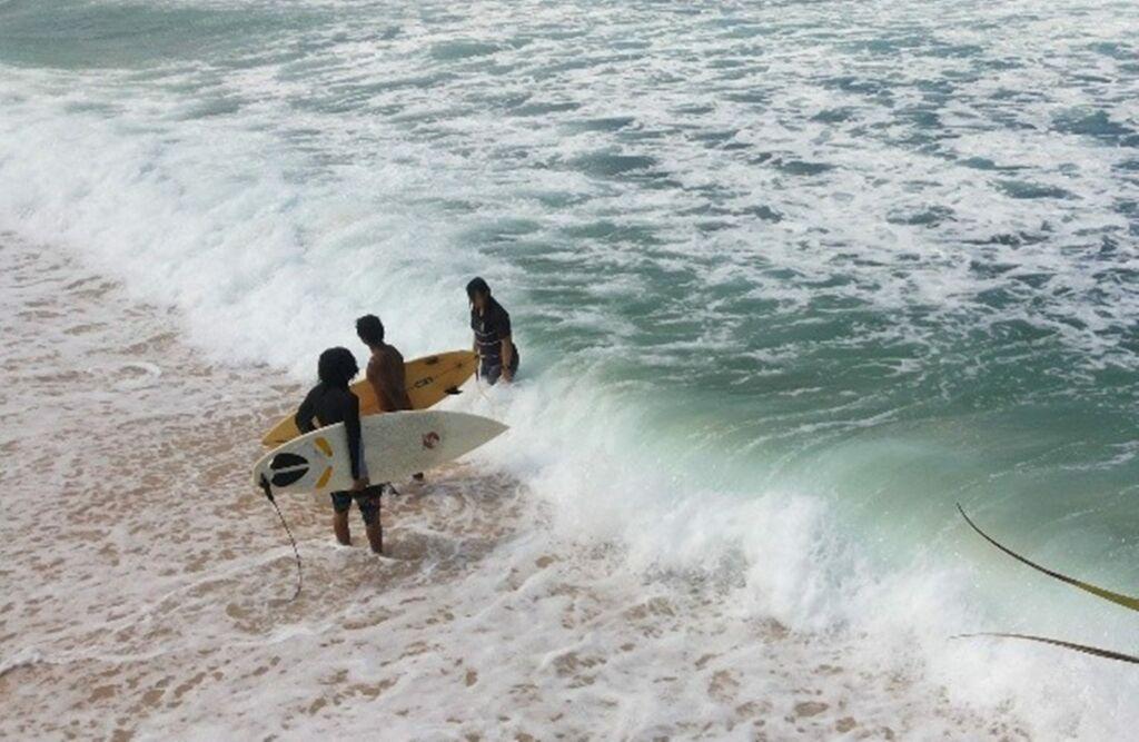 Selancar di pantai Krakal