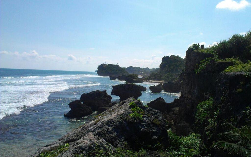 keindahan batu karang di sekitar pantai