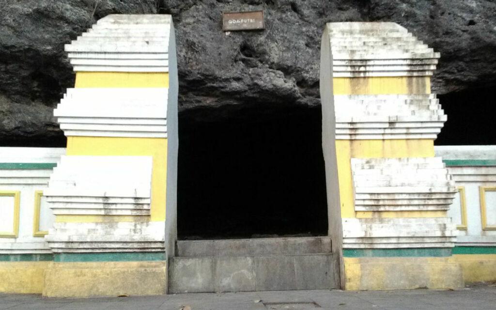 Mulut salah satu gua di Goa Selarong