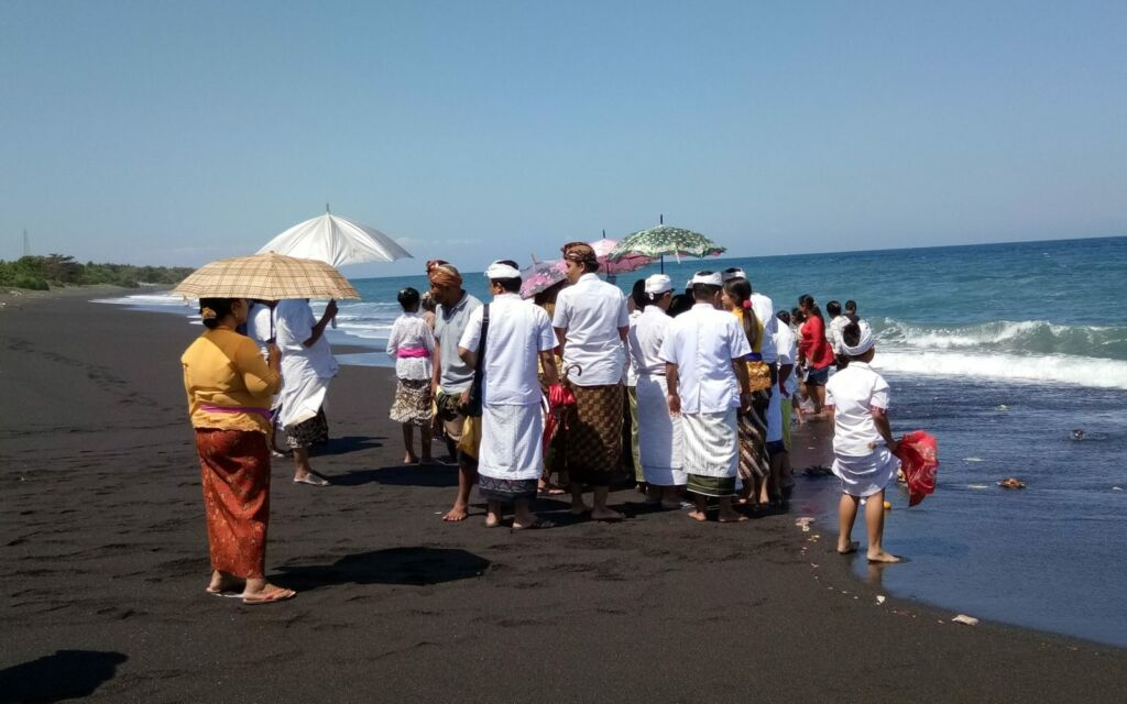 Kegiatan Keagamaan di Pantai Goa Lawah