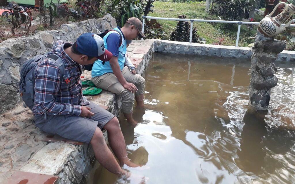 Kolam terapi ikan di sekitar air terjun