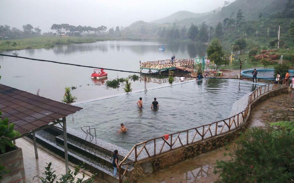 Berbagai kolam dibangun di sekitar situ