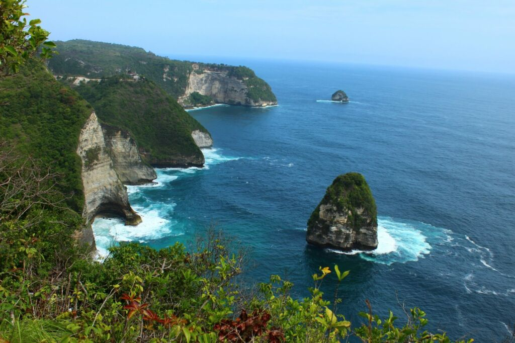 Kombinasi Indahnya Tebing dan Lautan