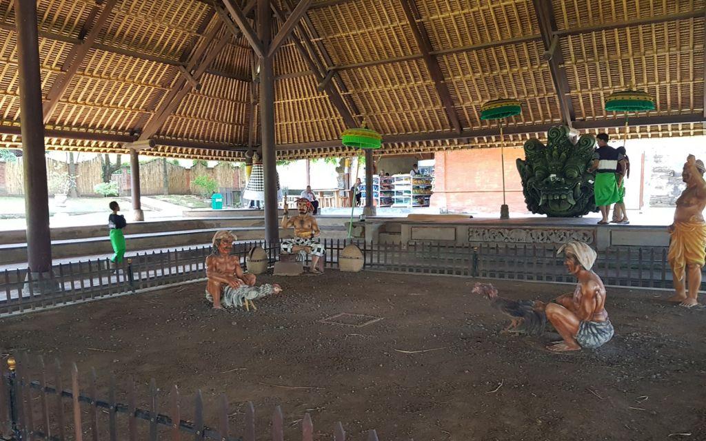 Pendopo dengan Patung Sabung Ayam Khas Bali Tajen