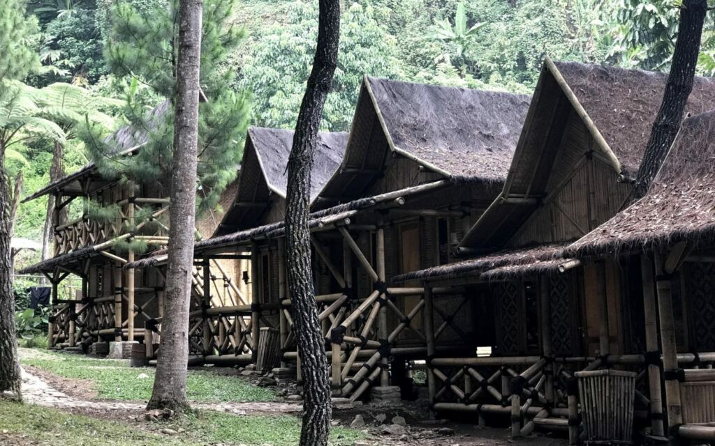 Penginapan bilik bambu dekat curug