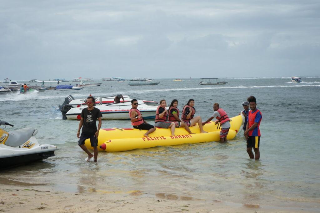 Pengunjung Bermain Banana Boat