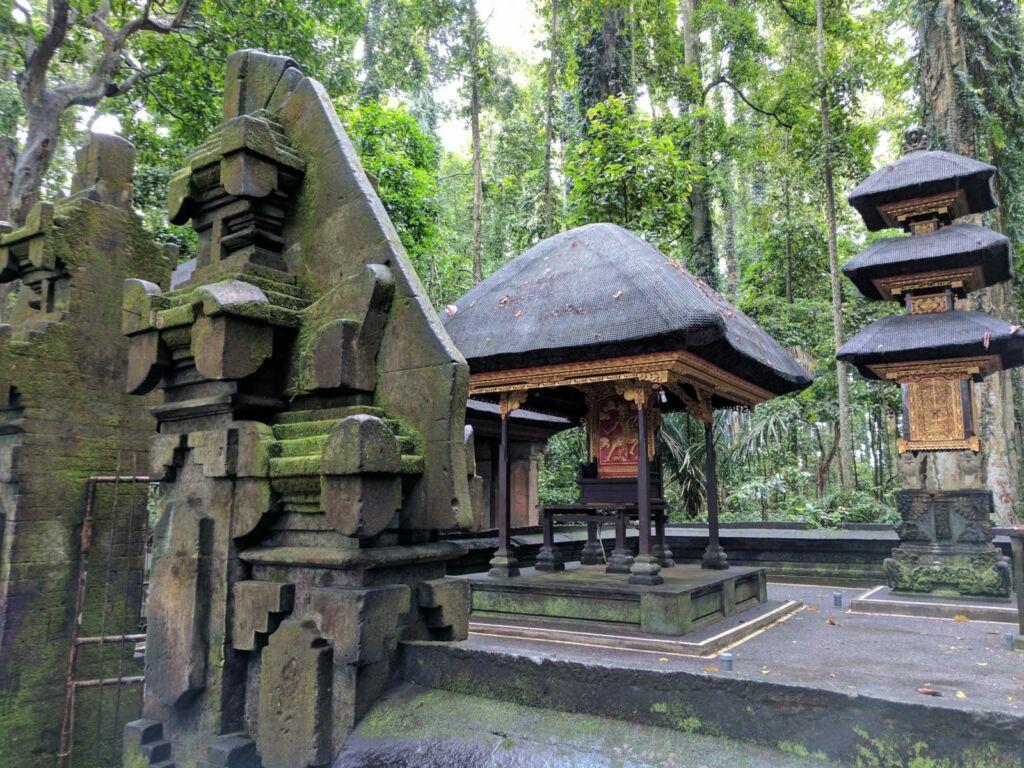 Pura Bukit Sari di tengah Hutan Pala