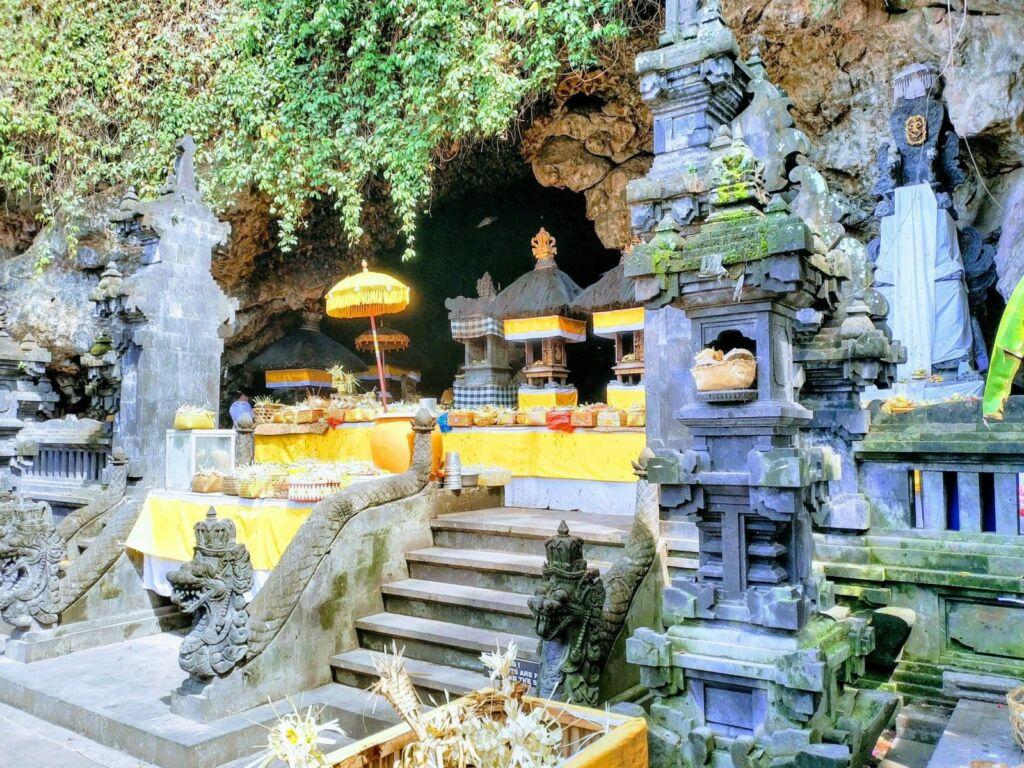 Tempat Persembahyangan Pura Goa Lawah
