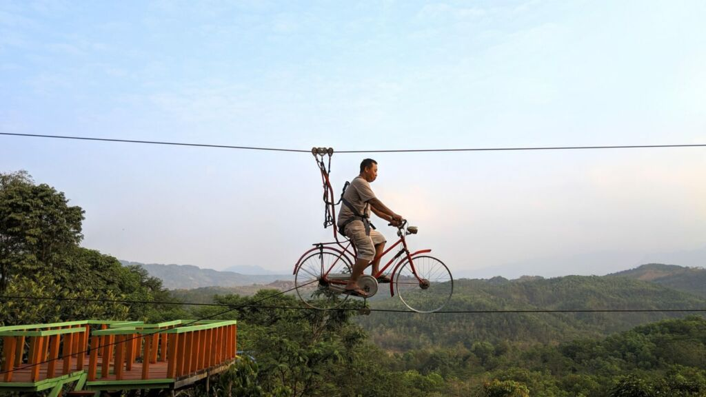 Pengunjung mencoba sepeda gantung