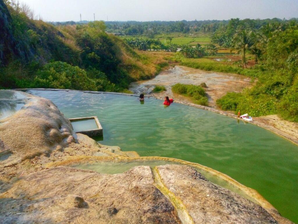 Kolam pemandian umum Tirta Sanita memiliki kolam cantik salah satu rekomendasi tempat wisata di Bogor