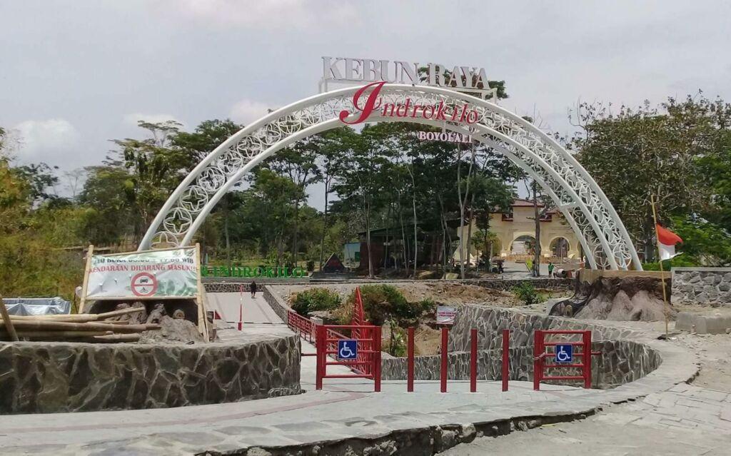 gerbang Kebun Raya Indrokilo
