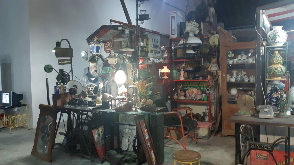 barang antik di Pasar Klitikan