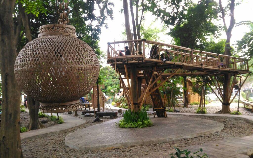 Lampion dan jembatan bambu