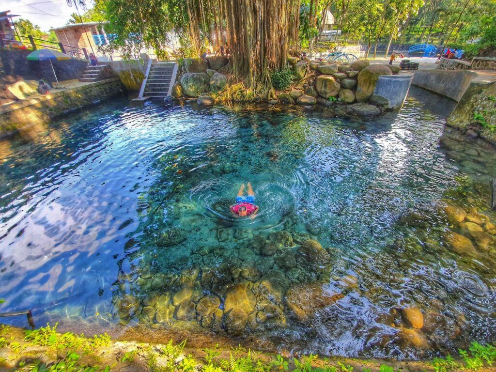 Berenang di umbul