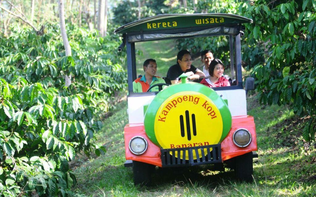 Pengunjung berkeliling dengan kereta wisata
