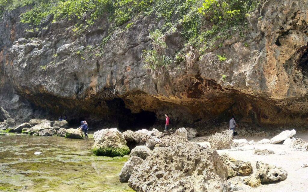 Batu Karang yang Membentuk Goa