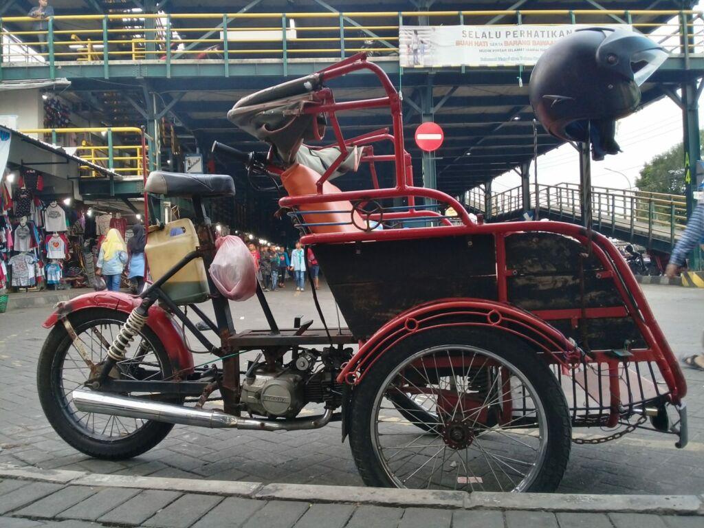 Becak yang Siap Mengantar Berkeliling Kawasan Pasar Kembang