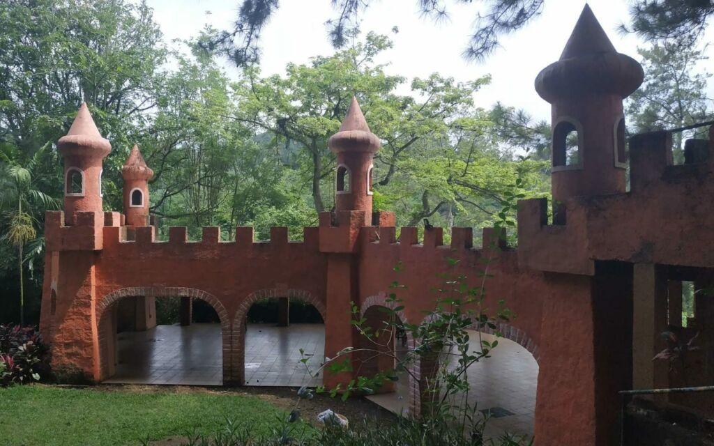 bangunan menyerupai kastil benteng