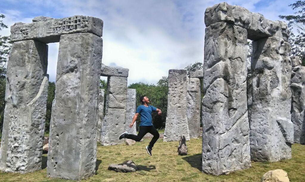 Berbagai Pose Menarik di Stonehenge
