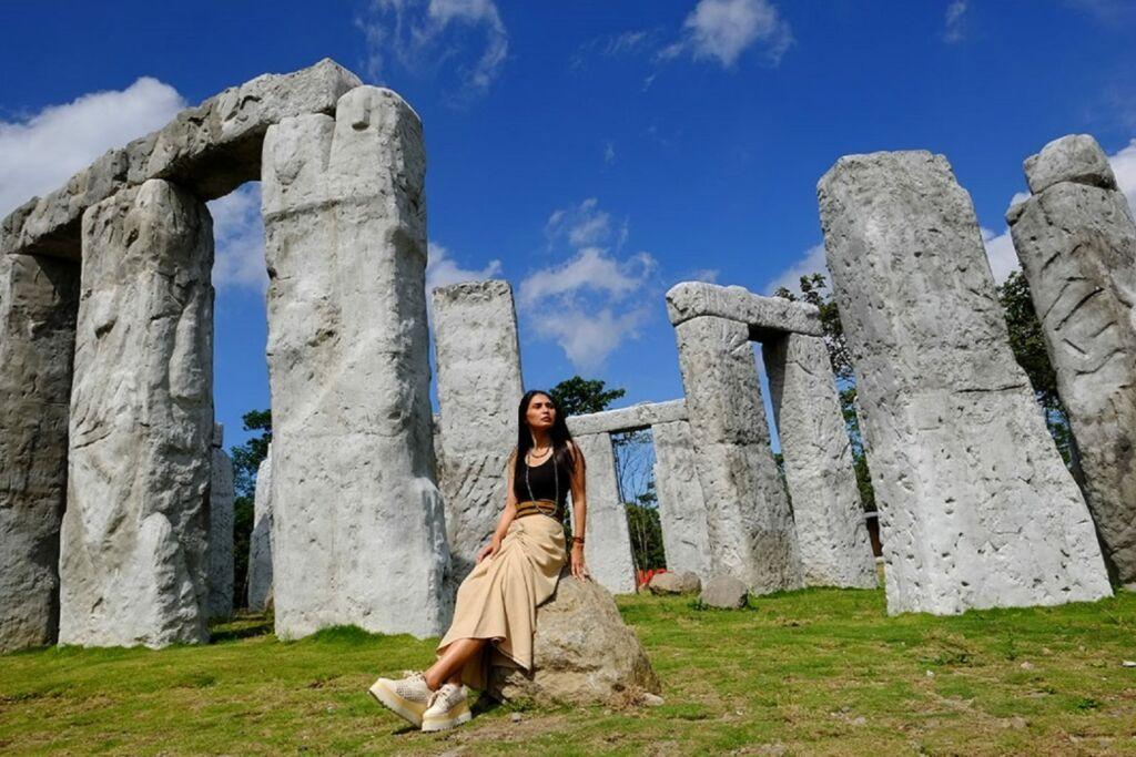 Berpose dengan Latar Belakang Stonehenge