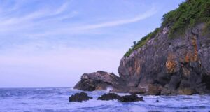 bukit karang di pantai wohkudu