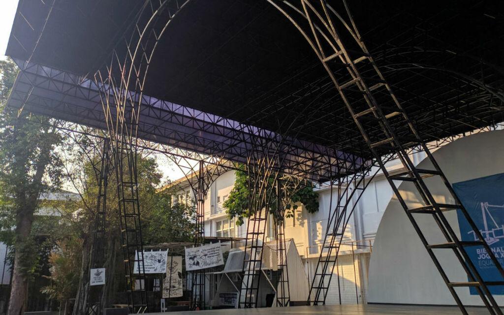 Panggung yang ada di area kantin Jogja National Museum