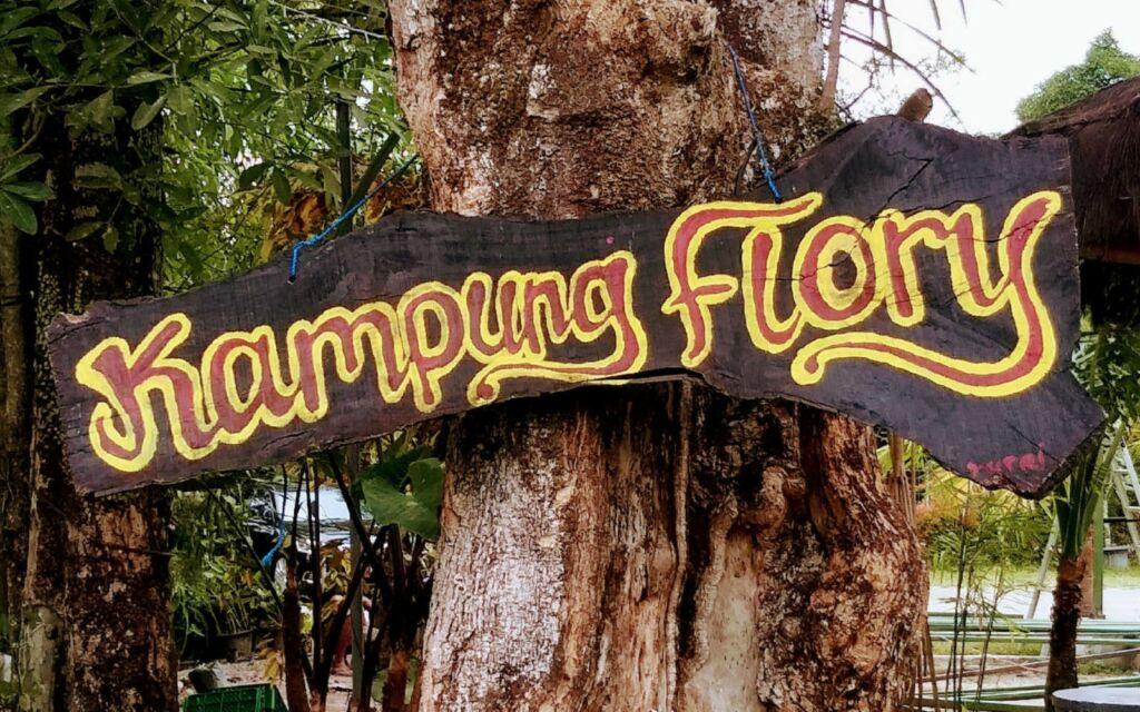 Papan nama Kampung Flory