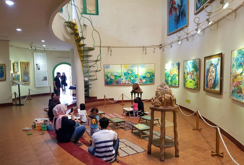 Anak-anak melukis di area Museum Affandi