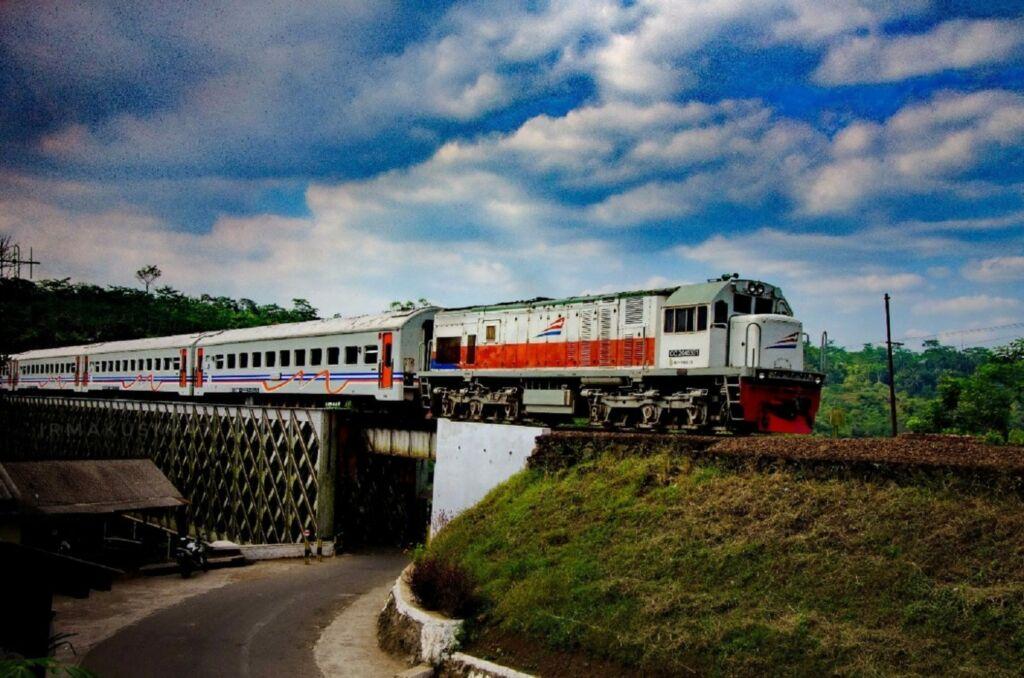 Kereta Api yang Melintas di Jembatan Cirahong