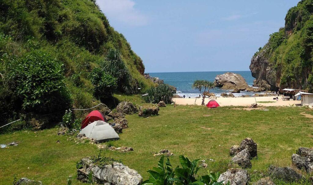Pantai Wohkudu yang Hijau Mempesona
