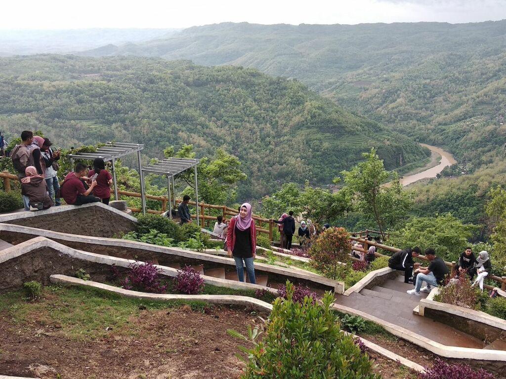 Pengunjung Memadati Lokasi Kebun Buah Mangunan