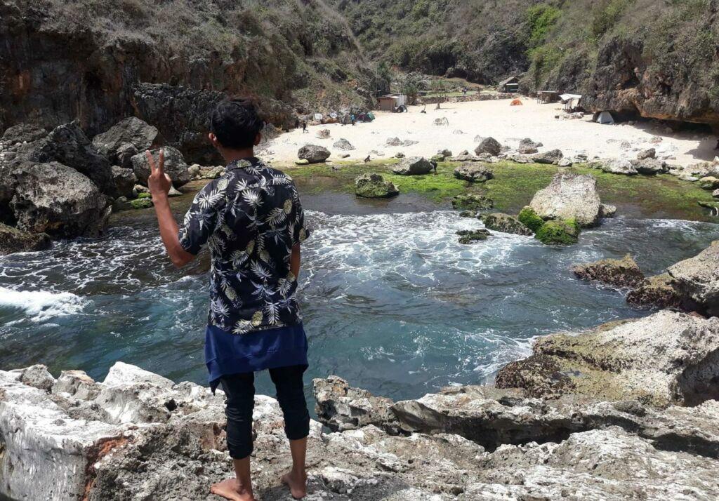 Pengunjung dapat Naik di Batu Karang Pantai Wohkudu