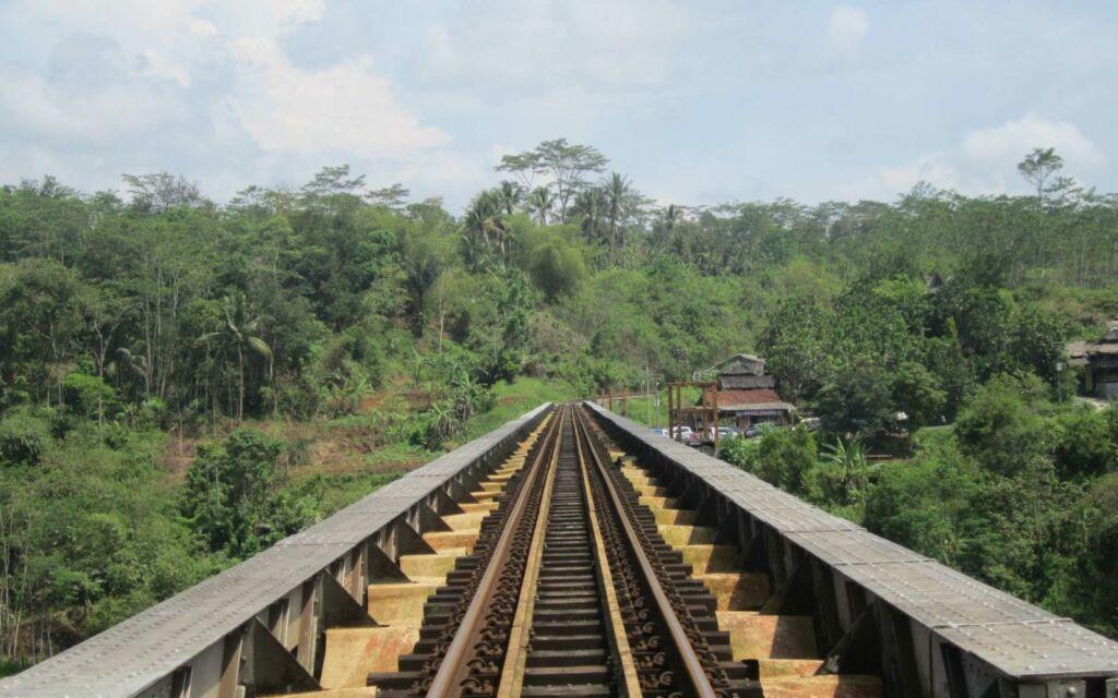 Rel Kereta Api Jembatan Cirahong