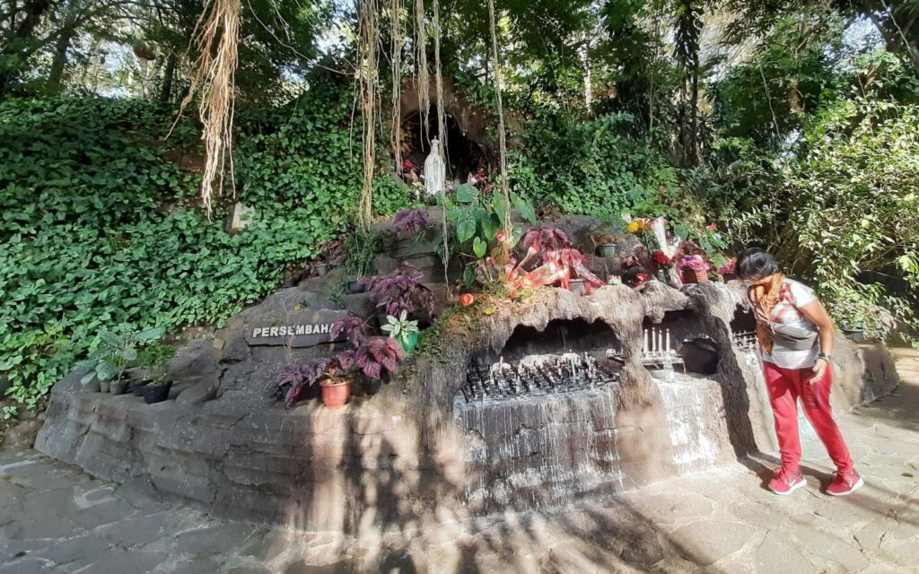 Taman di depan Goa Maria