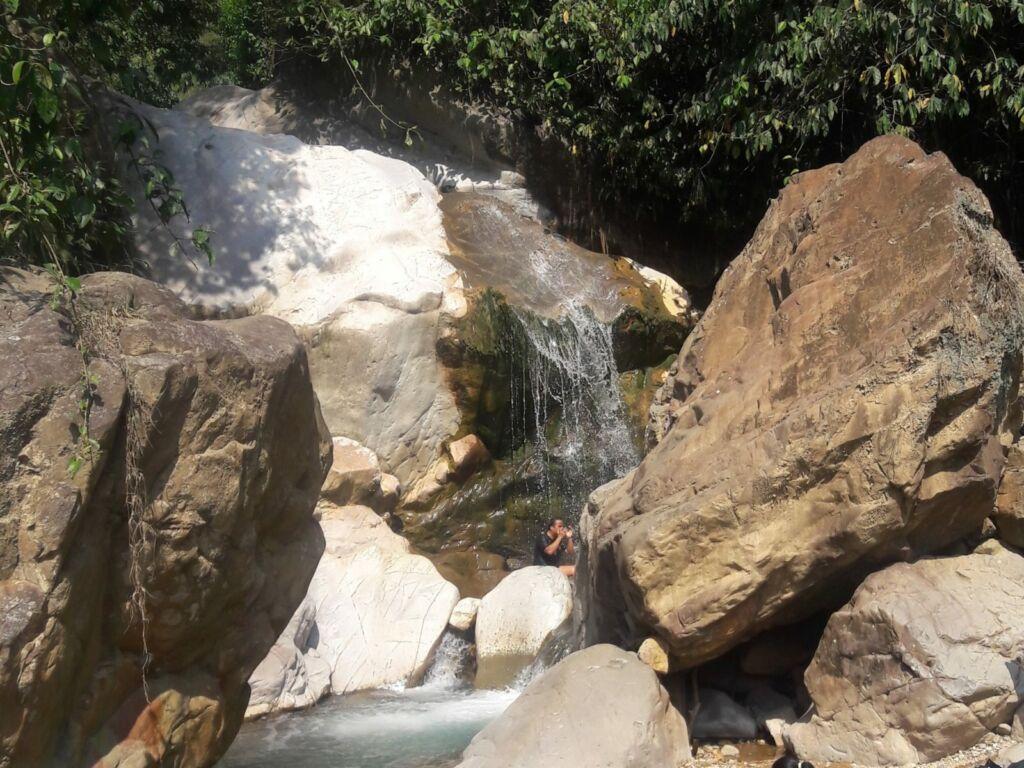 Air terjun di antara dua batu
