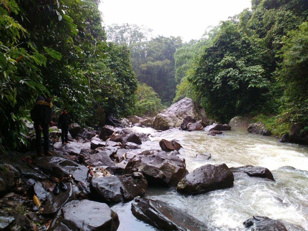 Sungai dengan bebatuan