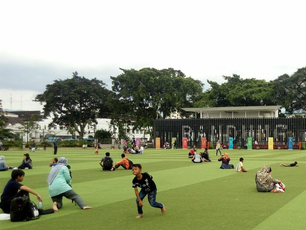 Wisatawan bermain di alun-alun