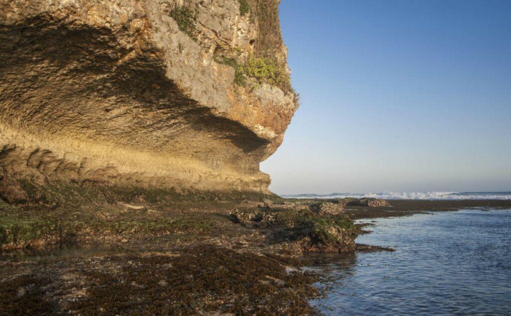 Batuan karang di bibir pantai