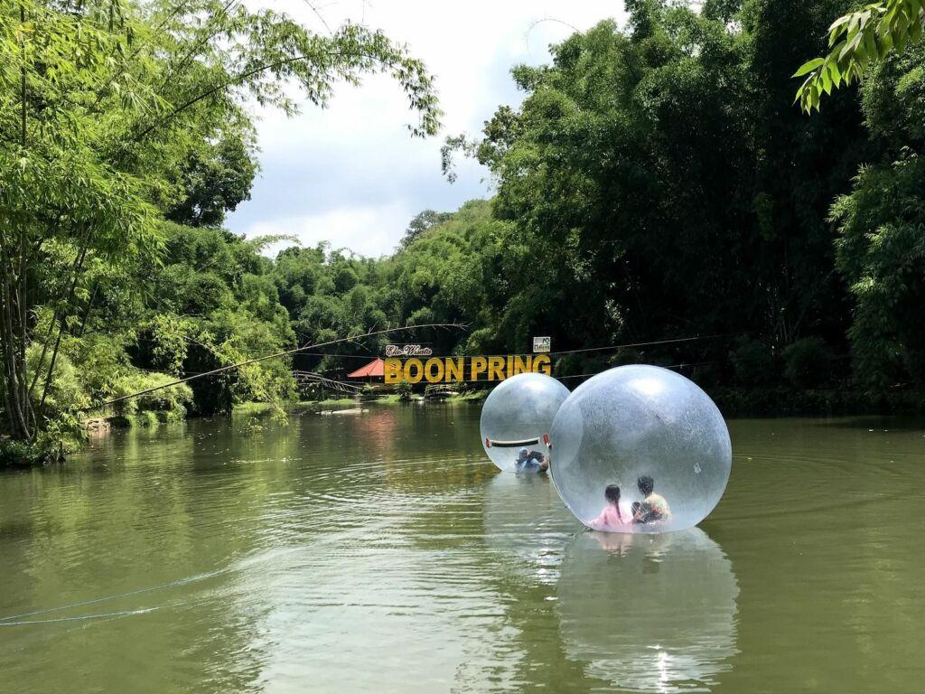 Bermain Bola - Bola Air di Danau Boon Pring